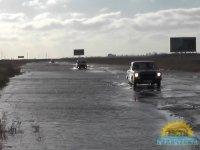 Дорогу на Арабатскую стрелку затопило, но движение продолжается (видео)