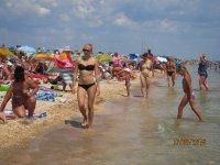 Середина лета, а на пляжах Арабатской стрелке туристов  стало больше!(фото и видео)
